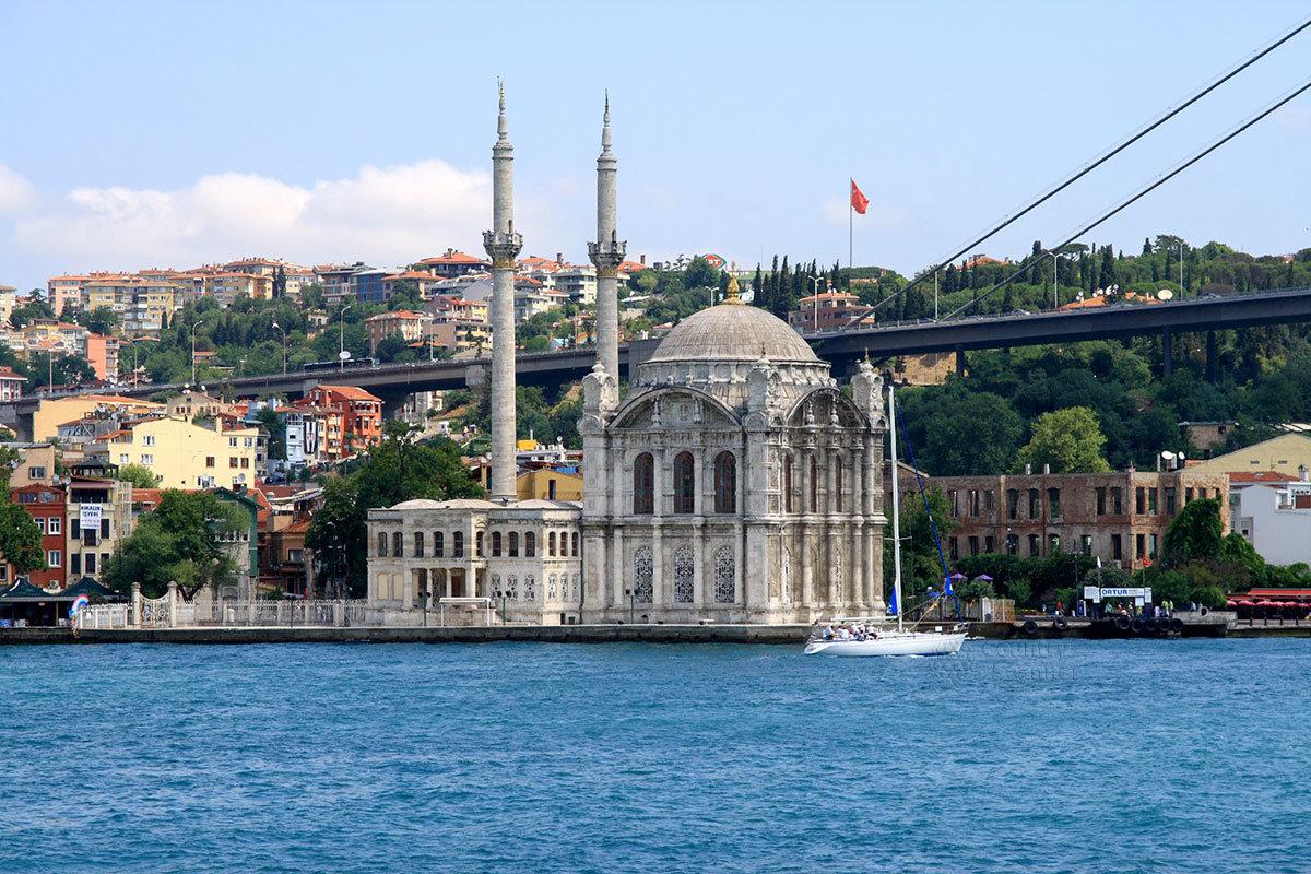 Одна из сравнительно молодых мечетей Стамбула – Ортакёй находится возле одного из мостов через пролив Босфор.