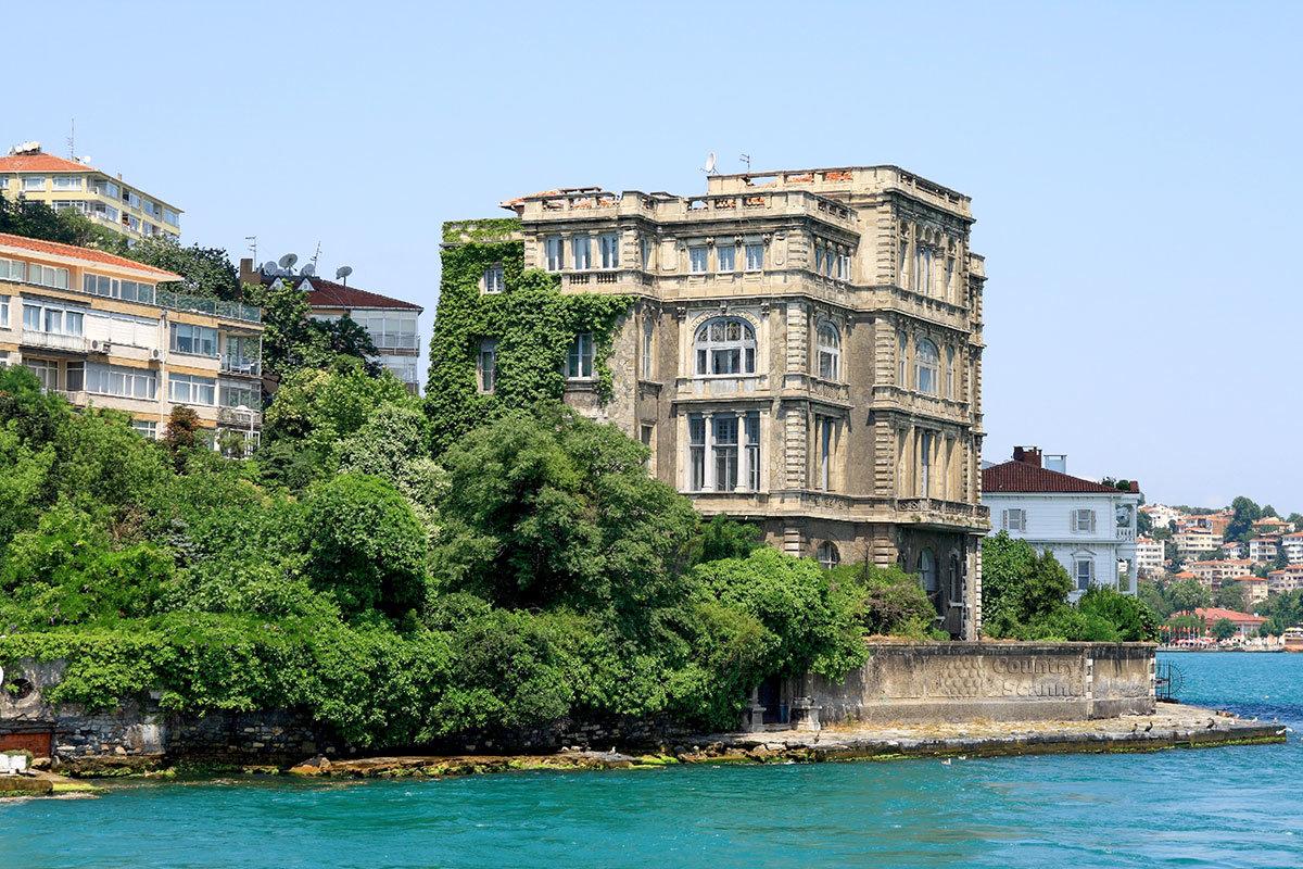 Украшение пролива Босфор – роскошный особняк с живописным садом, построенный по проекту французского архитектора Валлори.