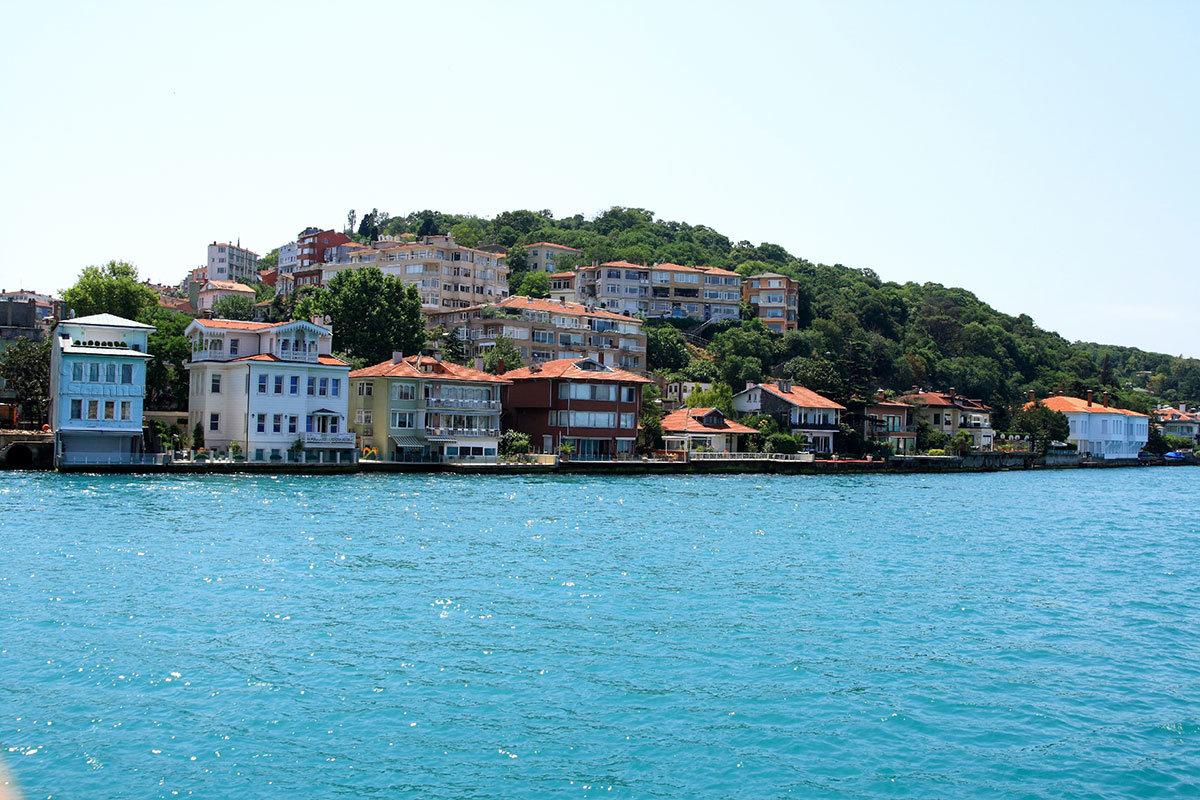Иметь жилье на берегах пролива Босфор недешево по стоимости, но неимоверно престижно.