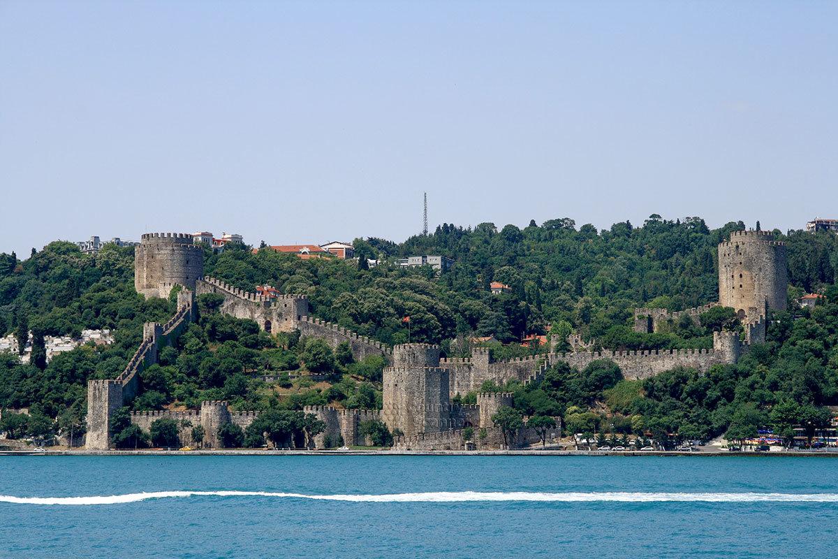 Древняя крепость, построенная турками для взятия Константинополя – одна из главных достопримечательностей, украшающих пролив Босфор.