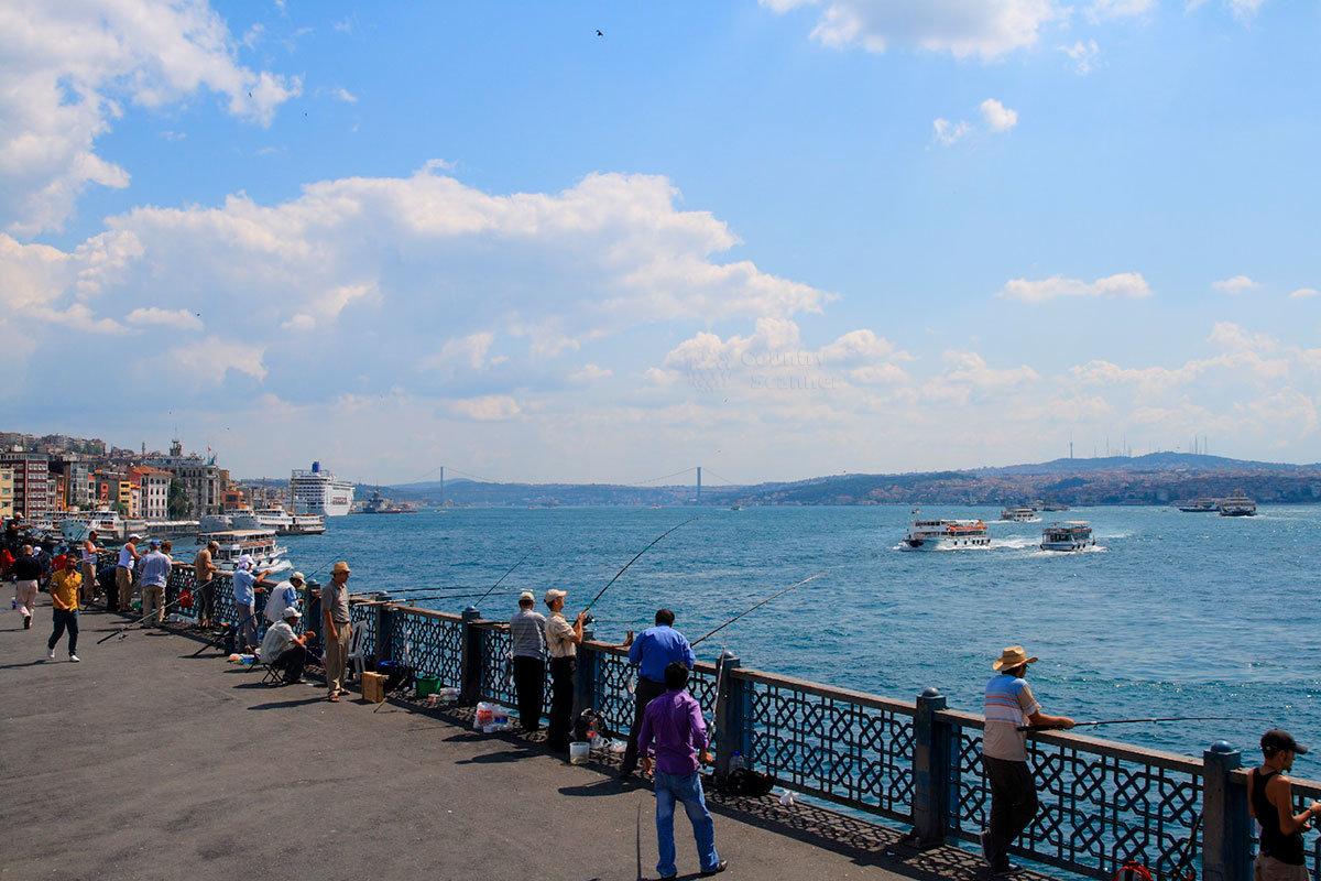 Прекрасный вид на пролив Босфор открывается с его набережной, облюбованной любителями рыбной ловли.