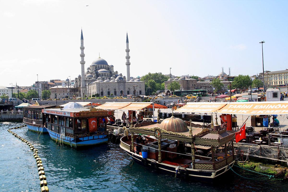 Колоритные кораблики предлагают при обзорной экскурсии осмотреть пролив Босфор и его ближайшие окрестности.