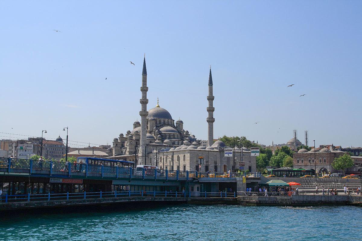 Пролив Босфор пересекает крупнейший город Турции с его многочисленными достопримечательностями.