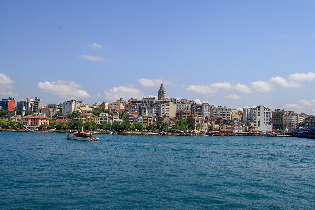 Одной из древнейших достопримечательностей Стамбула близ пролива Босфор является Галатская башня на одном из окрестных холмов.