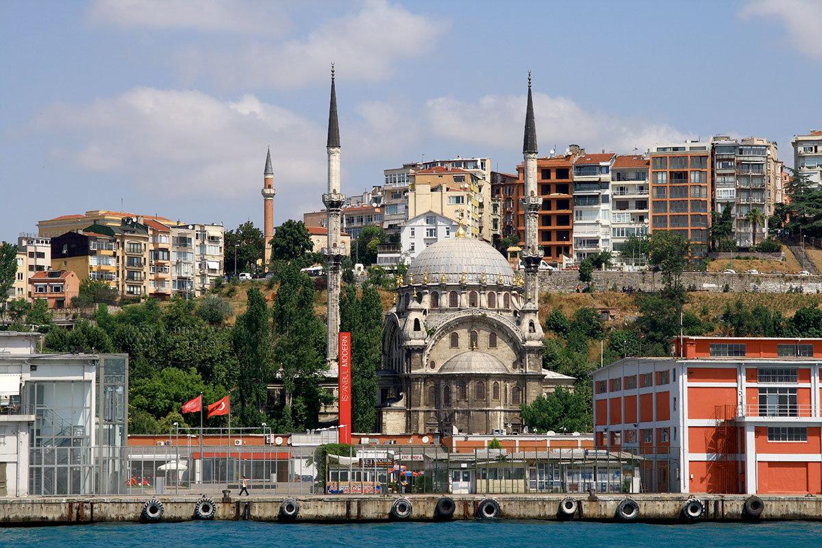 Одна из многочисленных мечетей на берегах пролива Босфор – старинная Валиде Султан названи в честь матери одного из османских властителей.