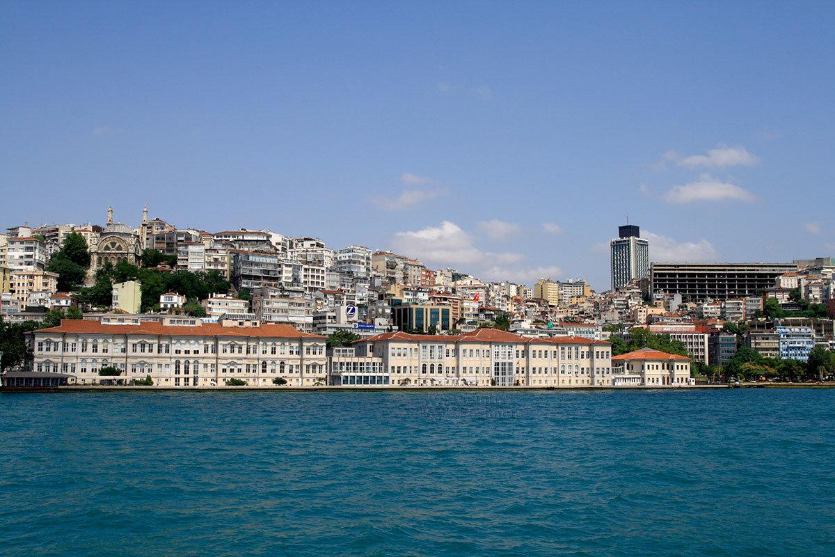 Холмистая местность, окружающая пролив Босфор, в городской черте Стамбула плотно застроена многочисленными особняками, дворцами и отелями.