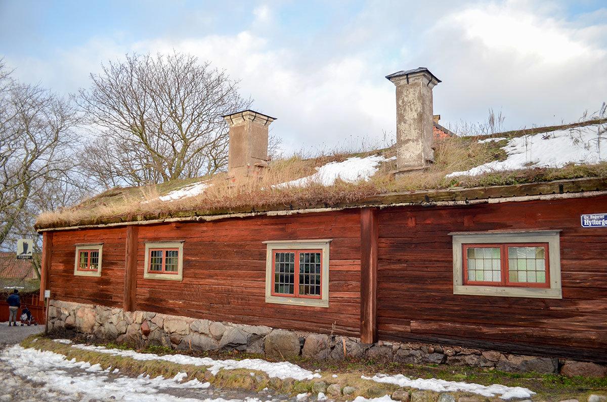 Этнографический музей Скансен представляет одно из строений своей коллекции – здание с дерновой кровлей, которая уже скоро зазеленеет.