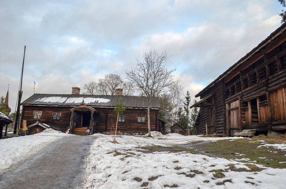 На территории музея Скансен можно видеть отдельные усадьбы из жилых и хозяйственных строений, а также целые поселки.