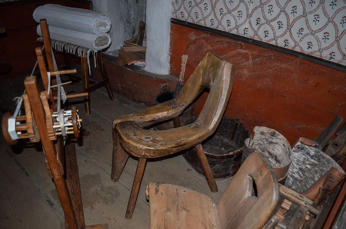 Интерьер ремесленной мастерской по плетению рыболовных сетей и приспособление для этого выставлено в одном из домов музея Скансен.
