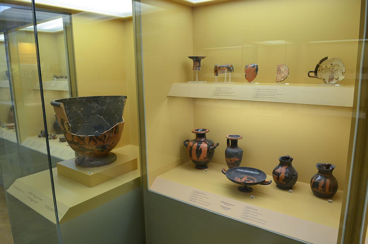 Гордостью Стоя Аттала является обширная коллекция ваз. Кувшинов и других разрисованных изделий из керамики.
