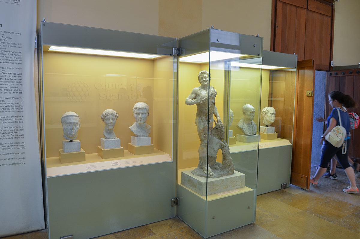 Среди скульптур римского периода, которыми располагает Стоя Аттала, выделяется смеющийся сатир, держащий за рога барана.