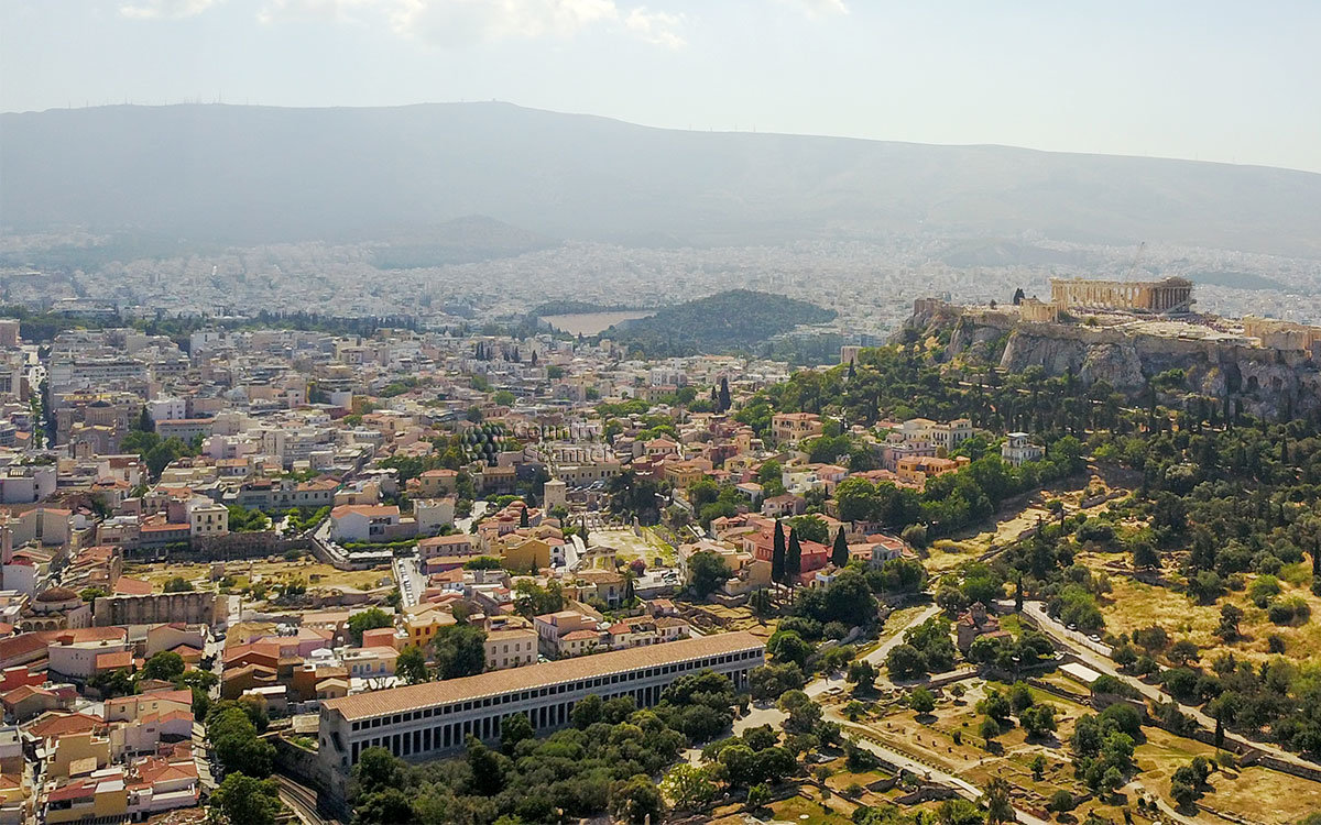 На переднем плане высотного снимка центральной части Афин выделяется своими размерами Стоя Аттала, подарок городу от царя Пергама.