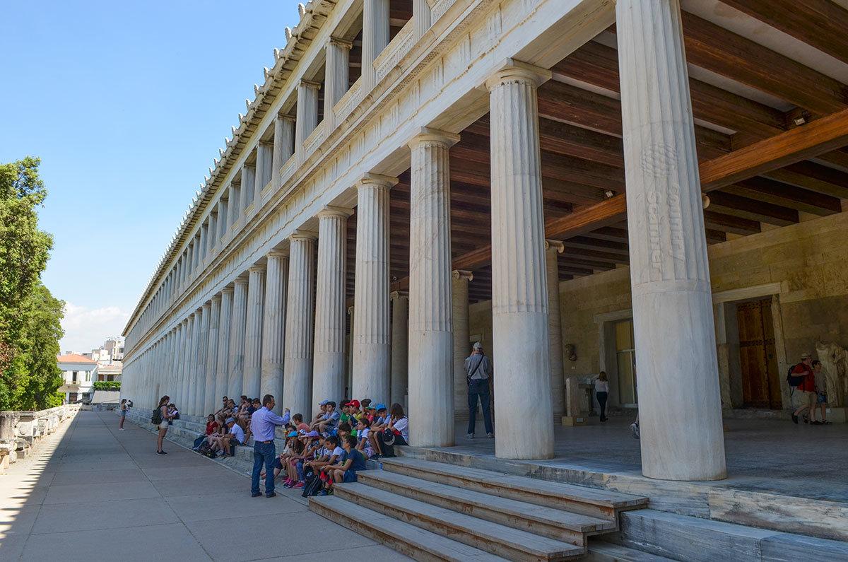 Стоя Аттала предстает перед посетителями во всем величии своего облика, двумя ярусами мраморных колонн разных архитектурных ордеров.