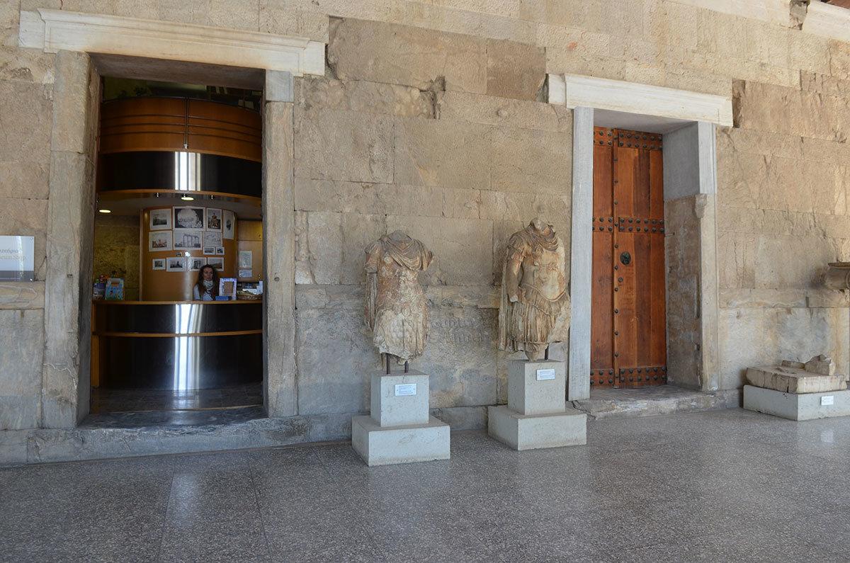 При посещении Стоя Аттала необходимо приобрести входные билеты для осмотра музейной экспозиции археологических находок.