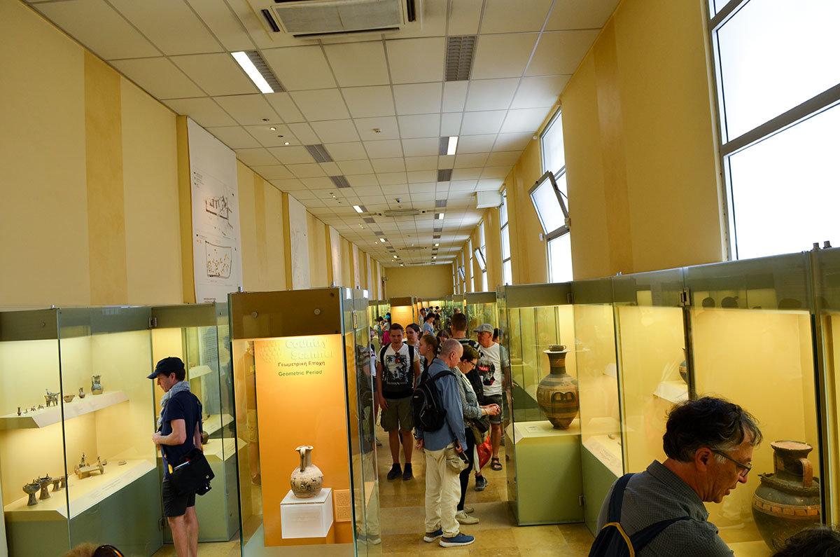 Отдельные торговые помещения, на которые делилась Стоя Аттала, при воссоздании объединены в длинный музейный зал.