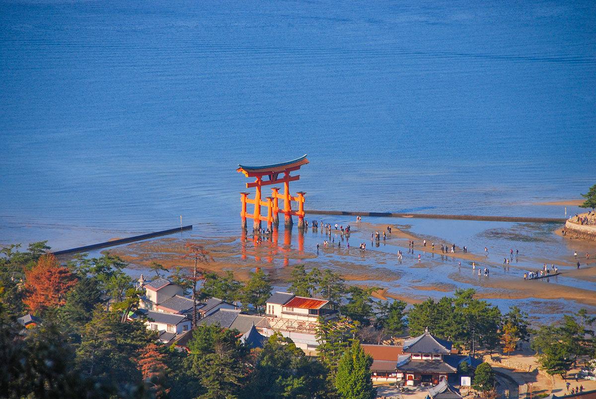 Святилище Ицукусима. Ворота Тории в часы отдива