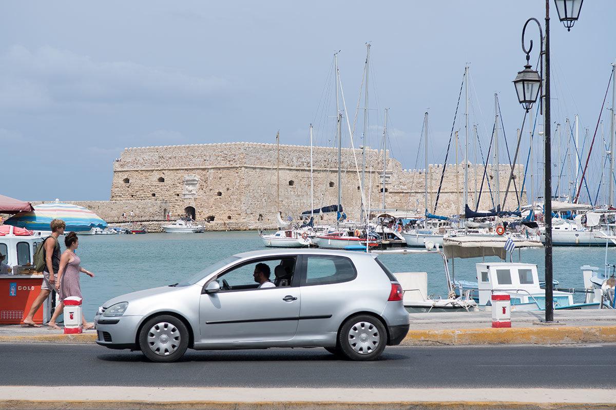 Гавань старого порта Ираклиона и крепость Кулес на дальнем плане прекрасно видны с набережной.