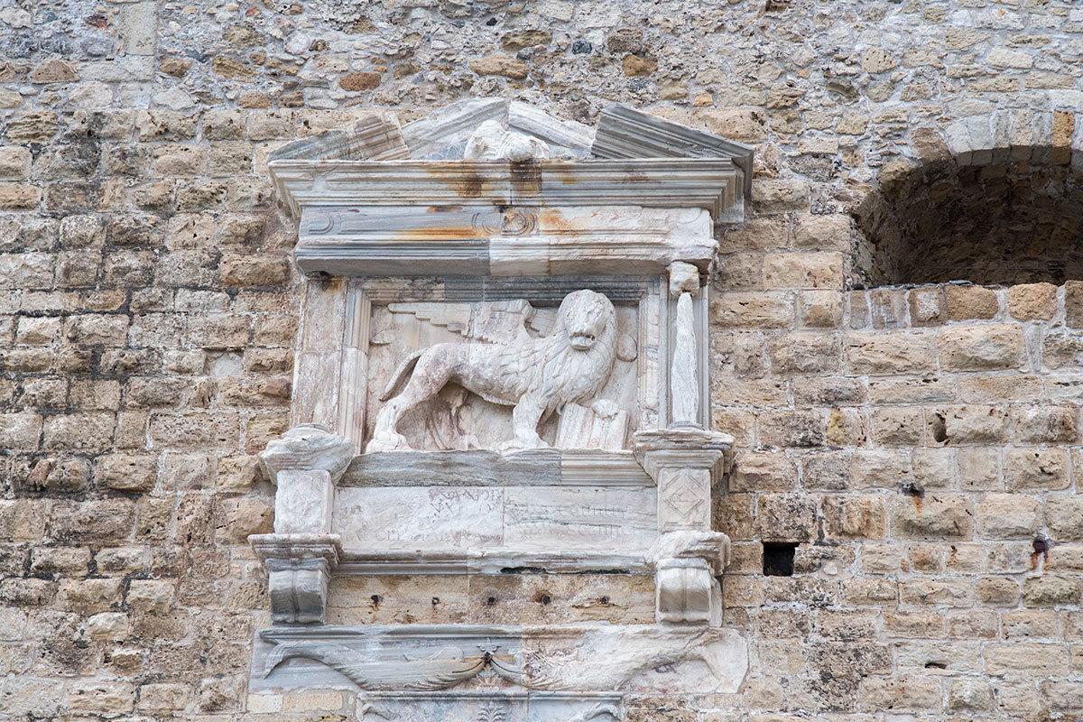 Cимвол Венецианской республики на стене крепости Кулес