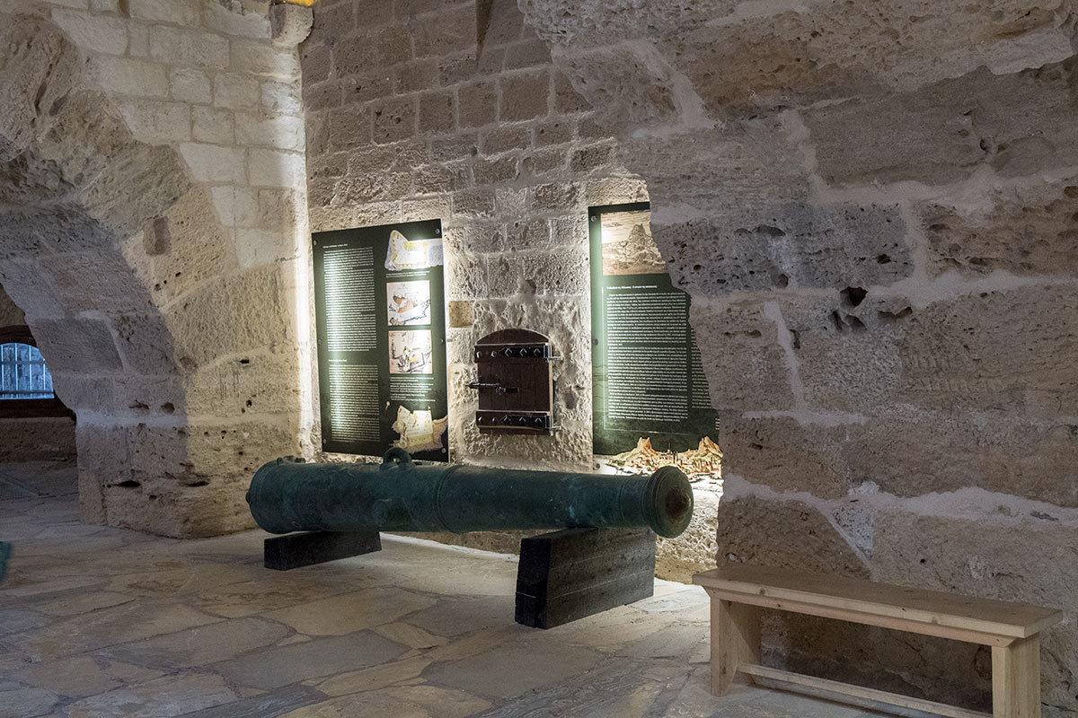 Бронзовое дуло артиллерийского орудия, музейные стенды появились усилиями греческого министерства культуры при реконструкции крепости Кукос.