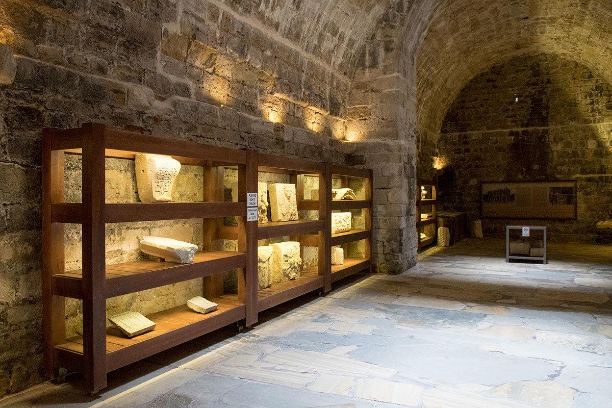 Массивные музейные стеллажи понадобились для размещения экспонатов, демонстрация которых превратила крепость Кулес в музейное учреждение.