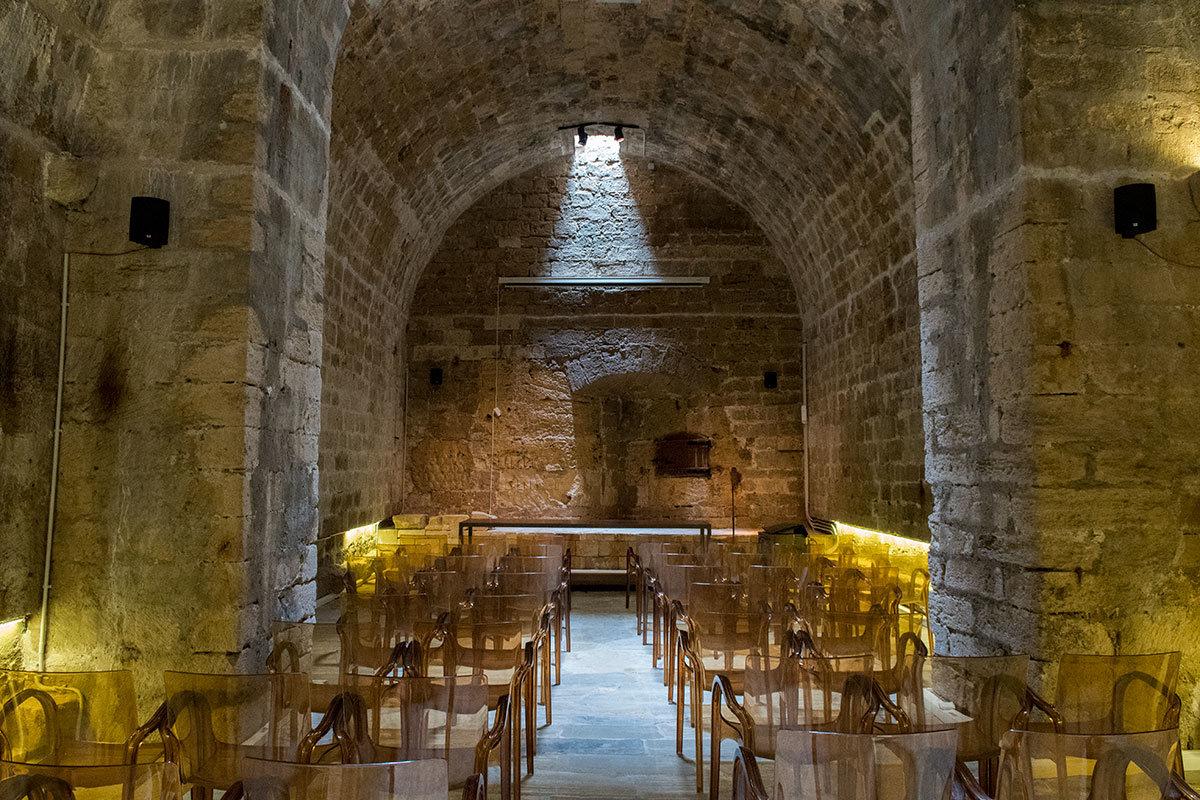 В ходе реконструкции крепость Кулес приобрела лекционный зал, необходимый для общения с любознательными посетителями.