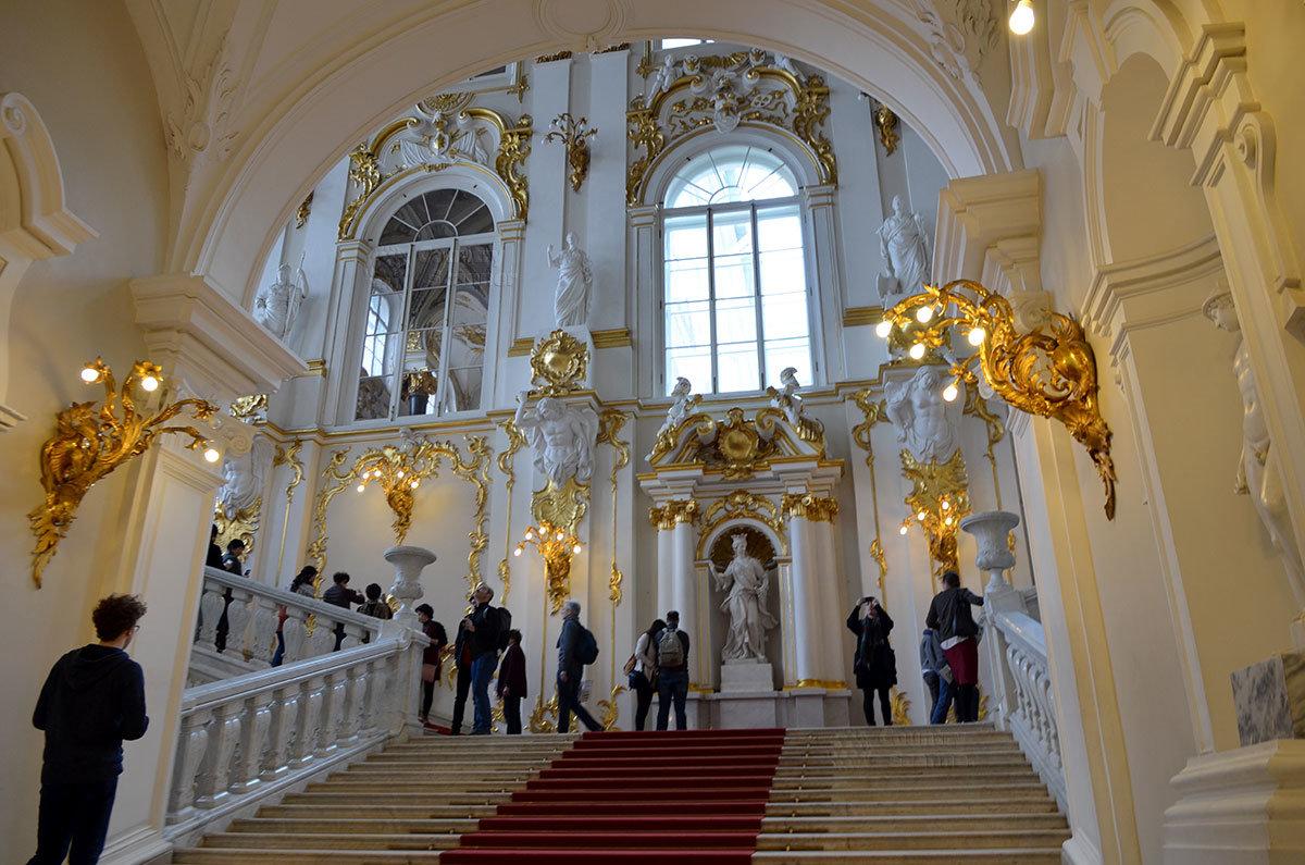 Парадная Посольская (Иорданская) лестница Зимнего дворца занимает всю высоту здания, Эрмитаж встречает посетителей этой жемчужиной.