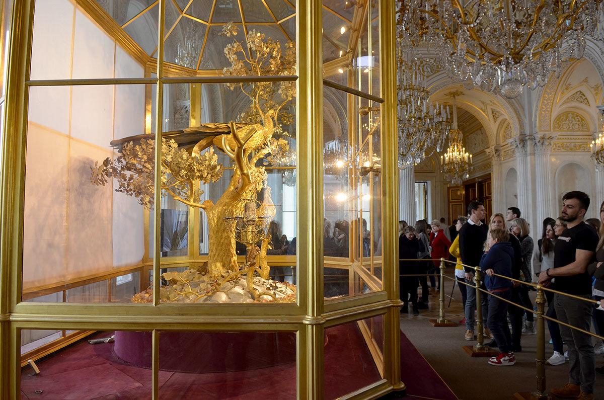Особый интерес для посетителей Эрмитажа представляет срабатывание механизма часов.
