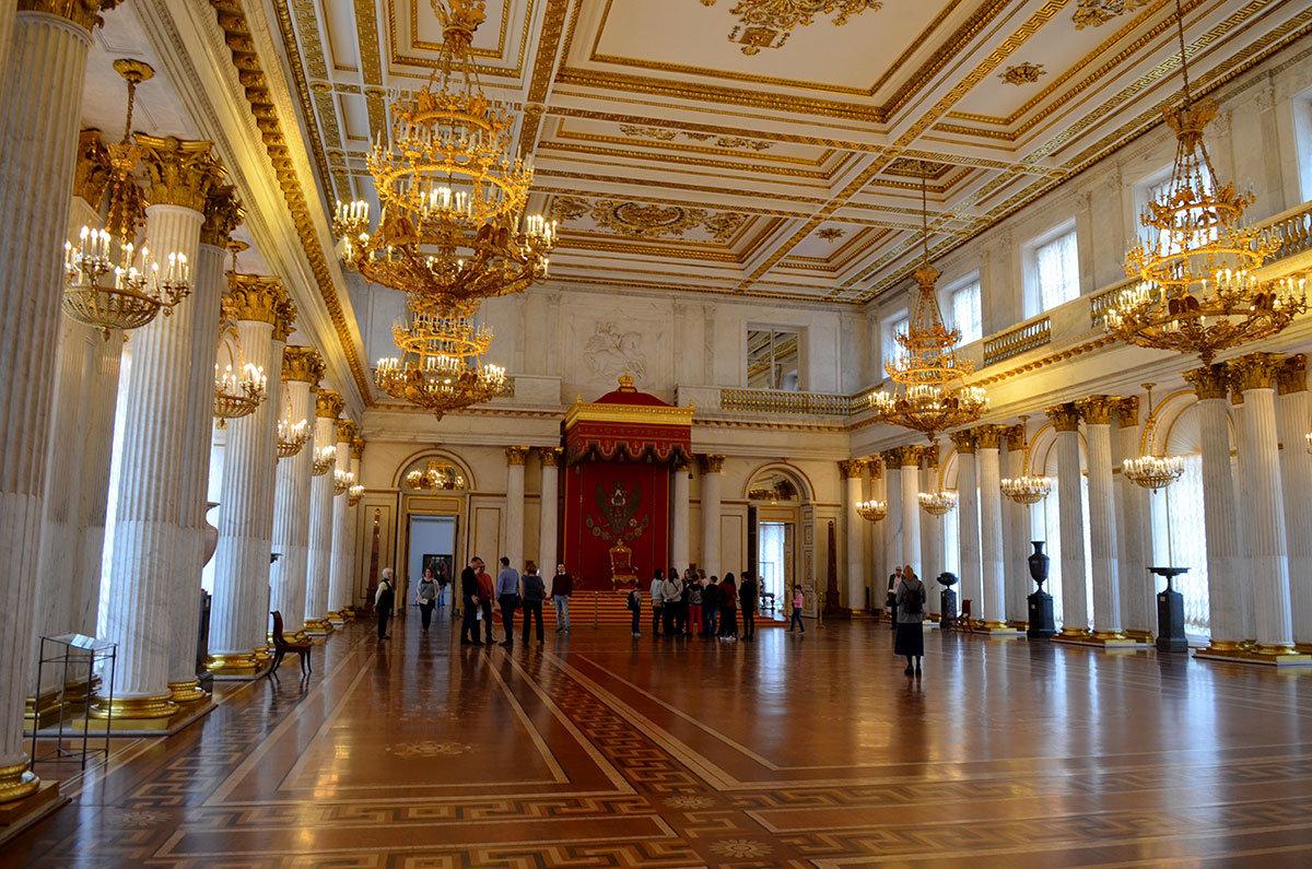 Императорский трон со скамеечкой для ног выполнен в Англии по специальному заказу и теперь украшает Большой тронный зал Эрмитажа.