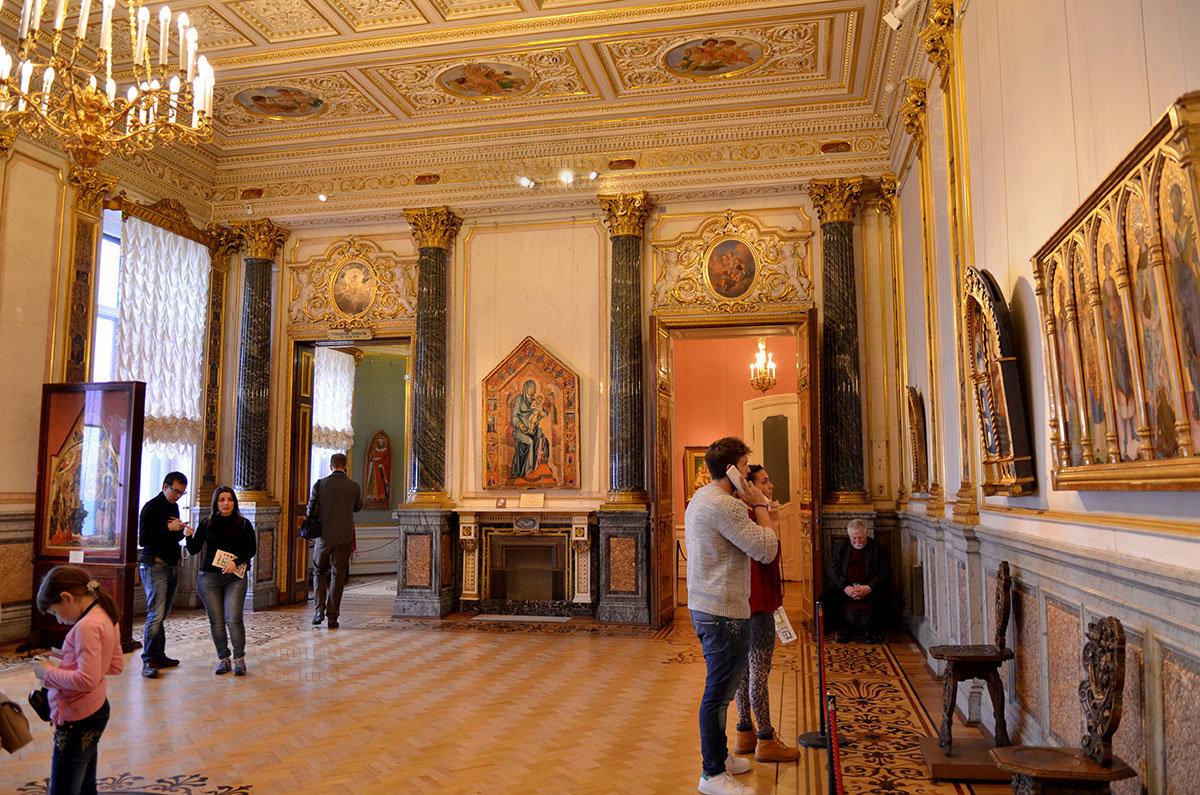 Бывшая приемная Большого (Старого) Эрмитажа используется для показа ранней итальянской живописи.
