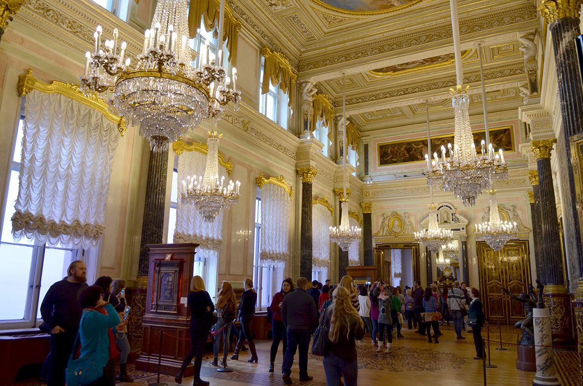 В зале Леонардо да Винчи выставлены две картины великого художника, которыми располагает Эрмитаж.