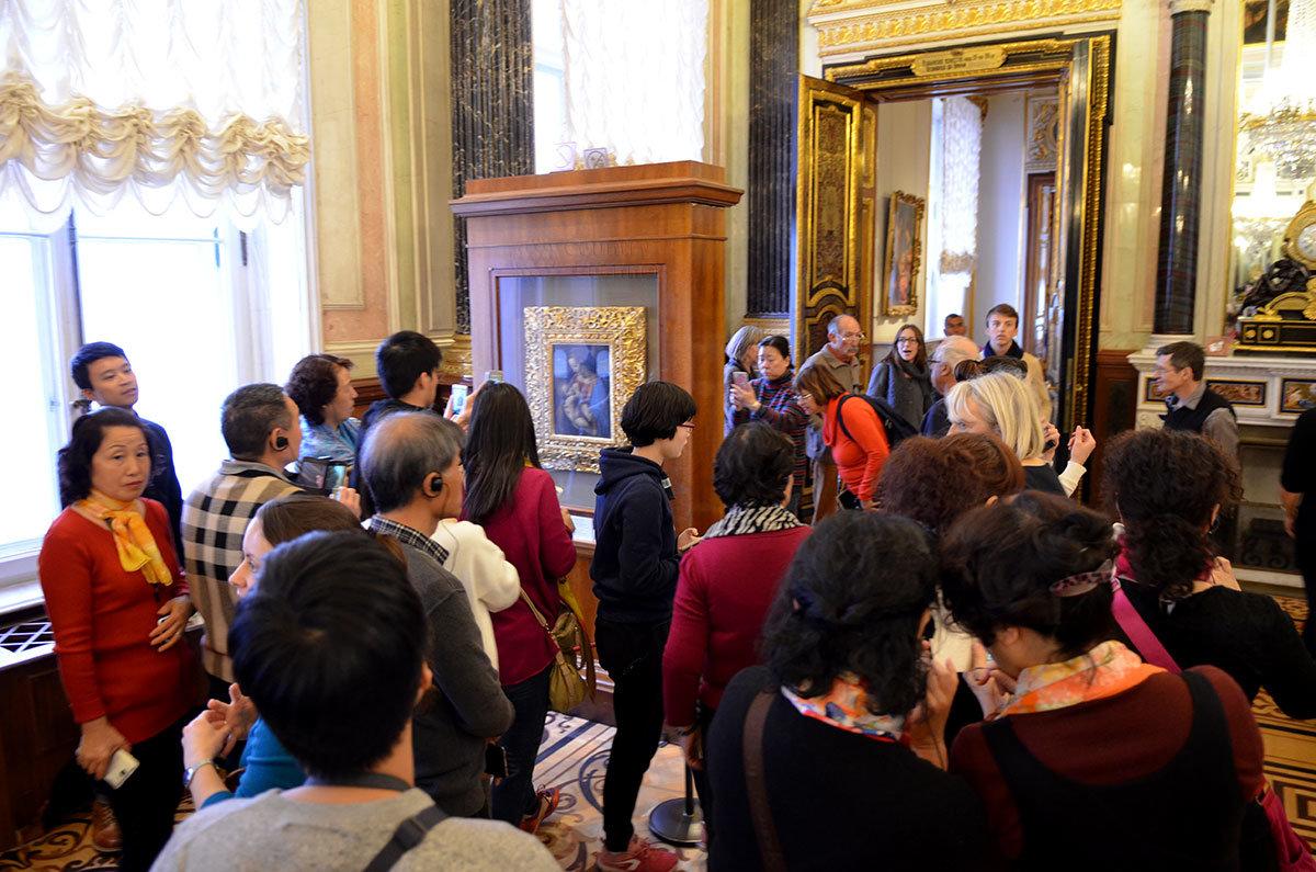 Скопление посетителей возле знаменитой картины в Эрмитаже