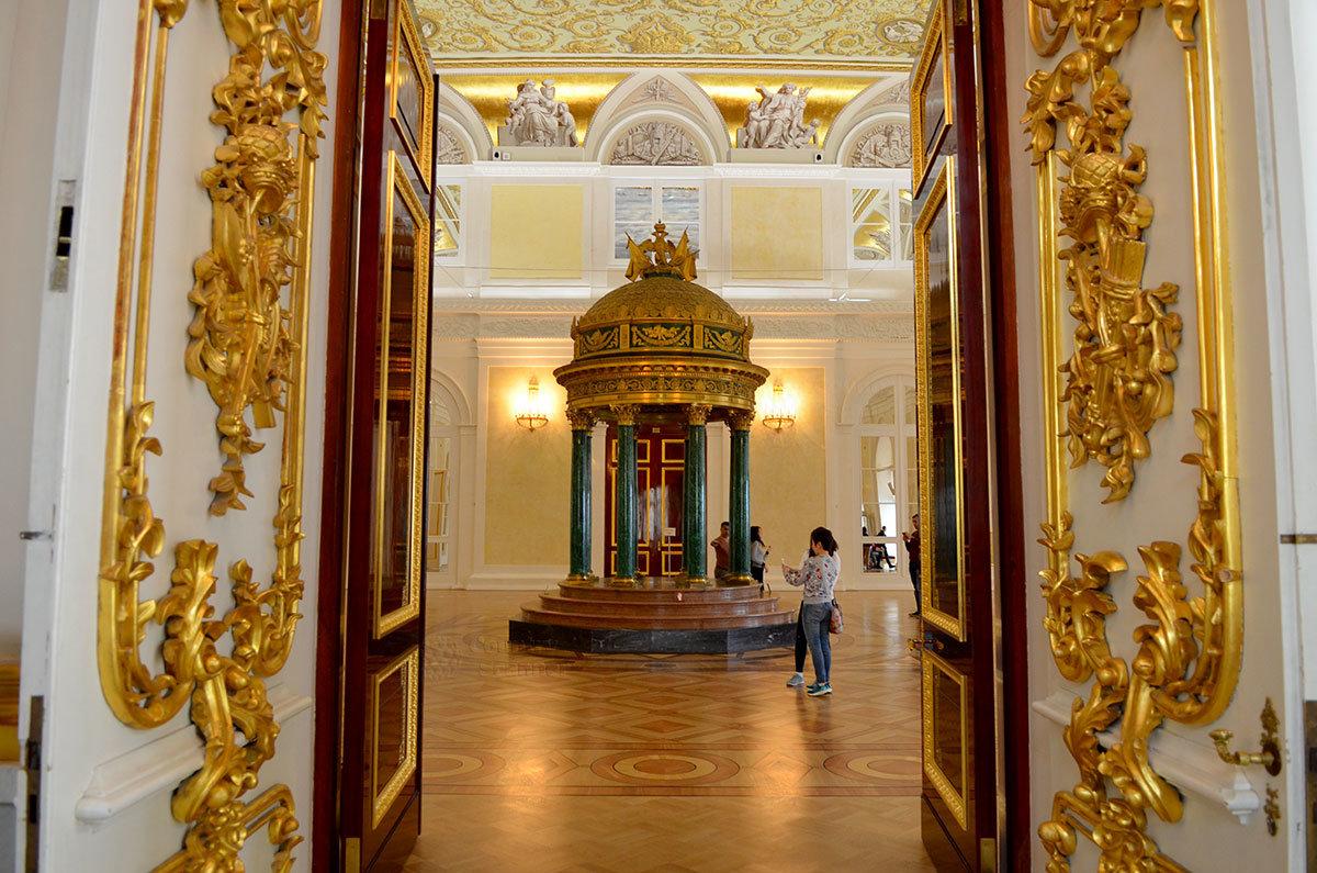 Эрмитаж получил в подарок от уральского промышленника Демидова великолепный павильон с колоннами, облицованными малахитом.
