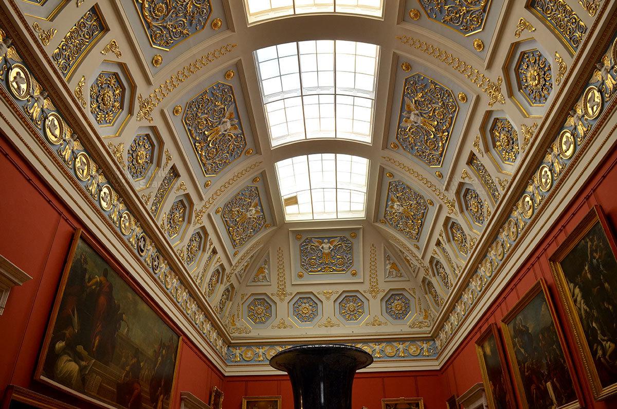 Новый Эрмитаж имеет три зала с прозрачными потолками, где выставлены картины художников Италии и Испании.