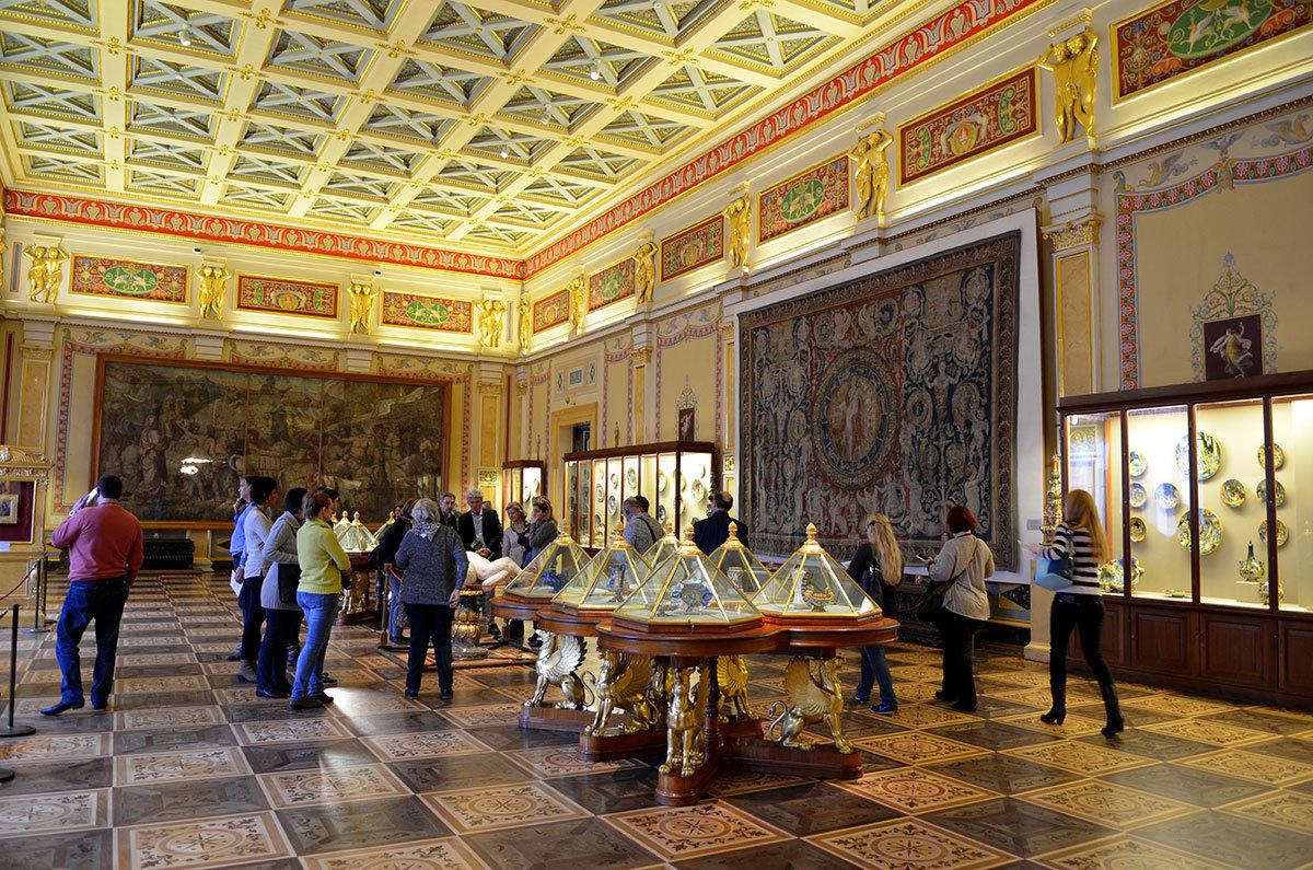 Зал Майолик содержит коллекцию керамических расписных изделий Эрмитажа, выполненных в мастерских великих художников.