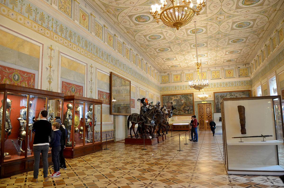 Эрмитаж гордится основанным императором Александром I Рыцарским залом, где выставлены доспехи средневековых воинов и их лошадей.