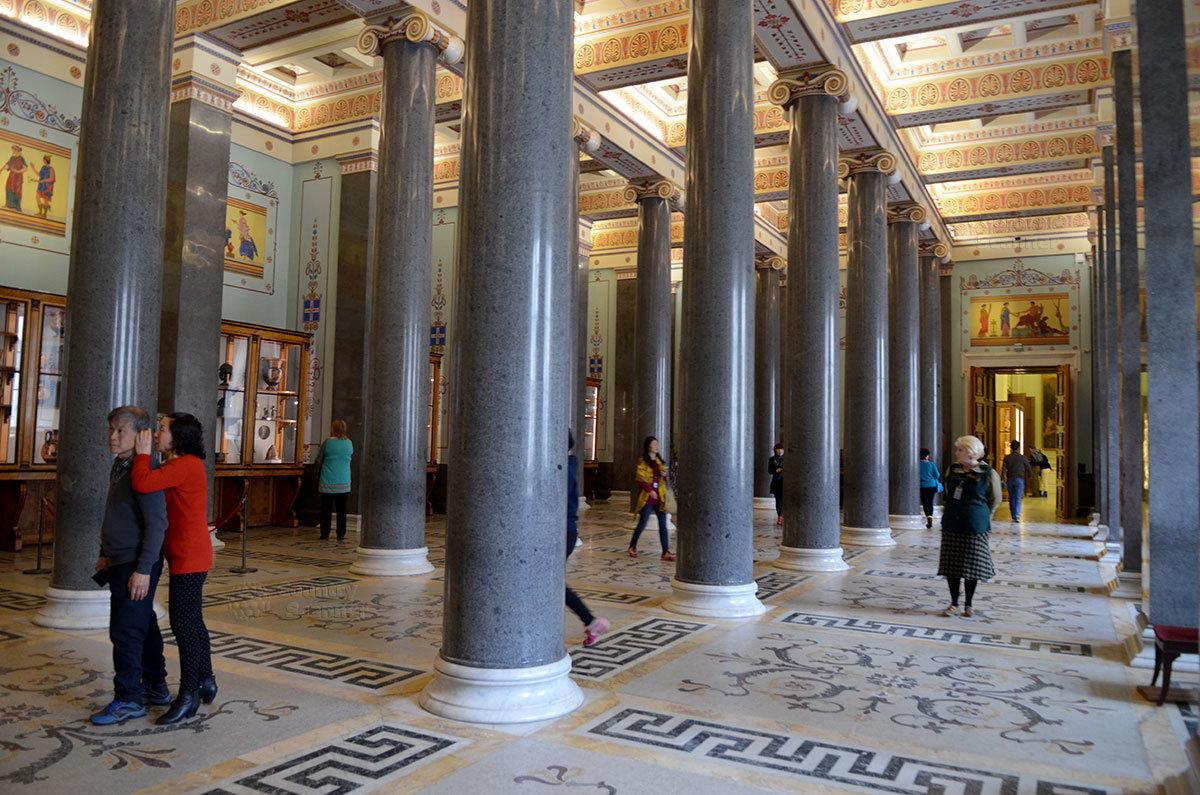 Двадцатиколонный зал Нового Эрмитажа демонстрирует греческо – этрусские вазы.