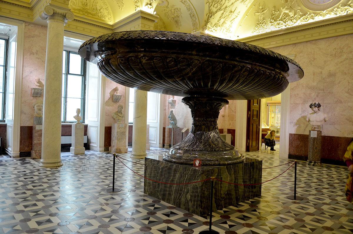 Колыванская Большая ваза – крупнейшая в мире и один из выдающихся экспонатов Эрмитажа.
