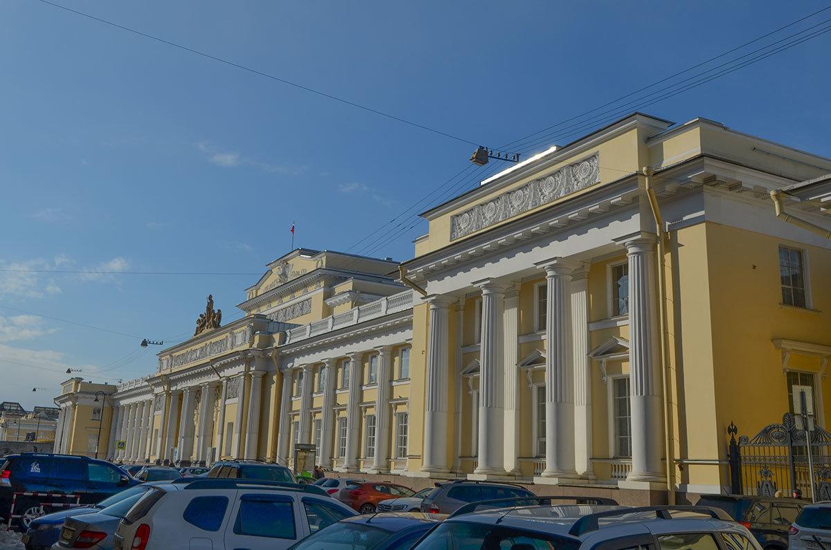 Здание классического типа по проекту Свиньина, в котором с момента постройки размещается этнографический музей в Санкт-Петербурге.