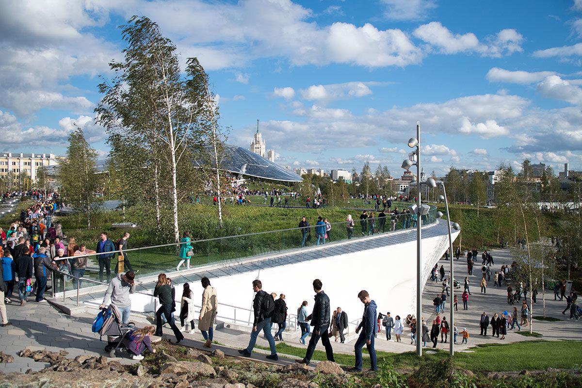 Холмистая территория парка Зарядье расположена террасами, нисходящими с севера на юг, и оборудована удобными проходами.