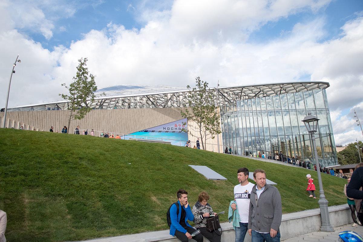 Ажурная крыша и прозрачные стены здания филармонии, органично вписанного в окружающий природный ландшафт.