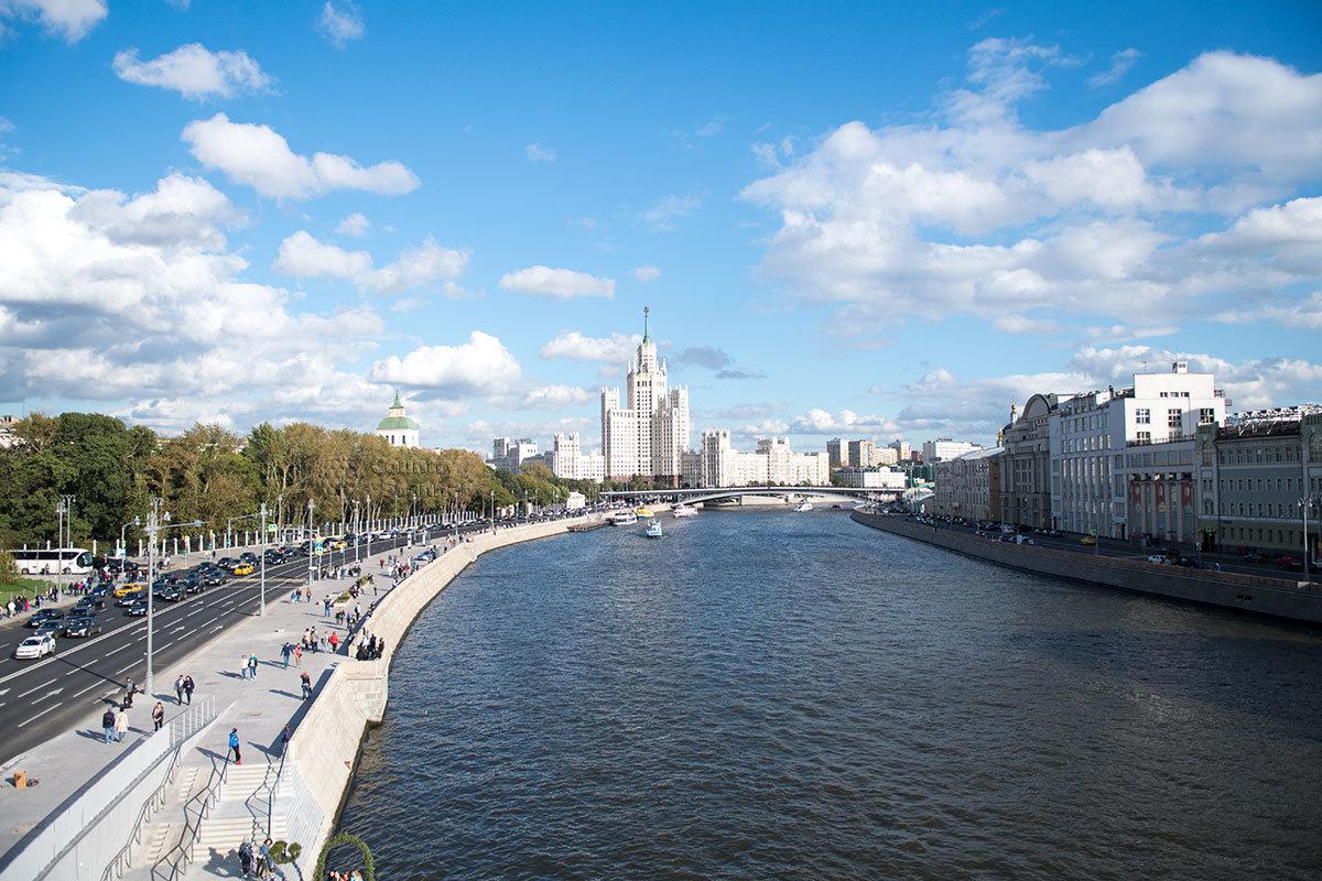 Вид со смотрового моста парка Зарядье на русло реки Москва, Устьинский мост и одну из сталинских высоток.