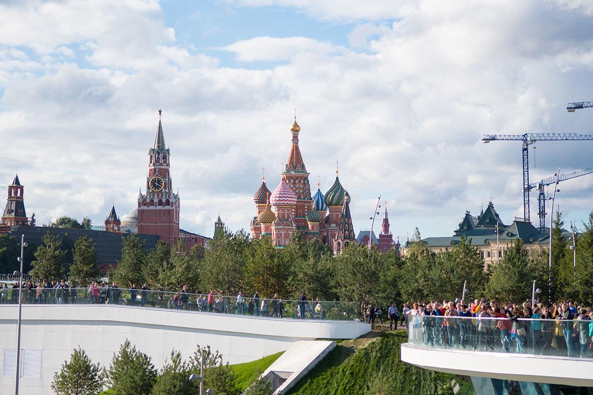 Выразительная панорама древних соборов, кремлевских стен и башен открывается со смотровых площадок парка Зарядье.