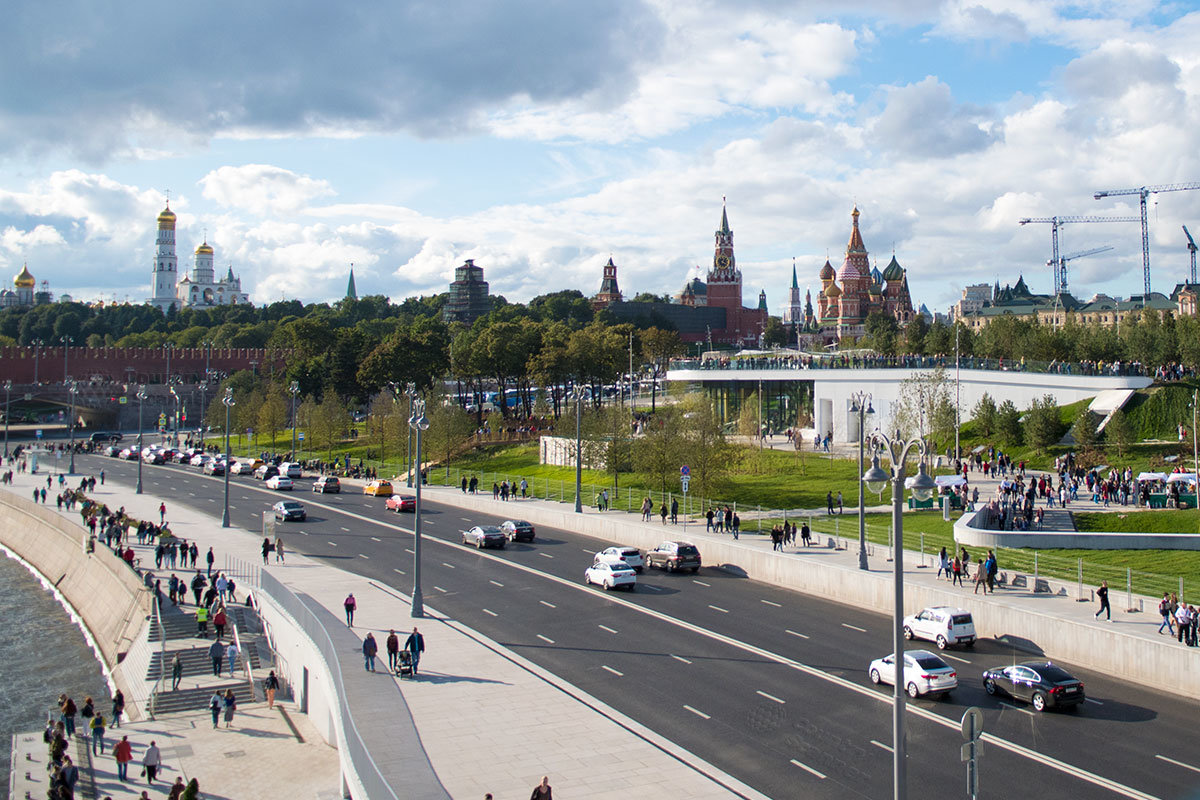 Западная часть территории парка Зарядье, строения Кремля и храм Василия Блаженного – вид со смотрового моста.