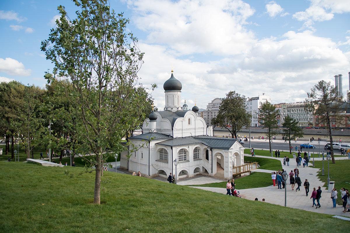 Древний православный храм Зачатия Анны на перекрестке набережной и Китайгородского проезда сейчас на территории парка Зарядье.