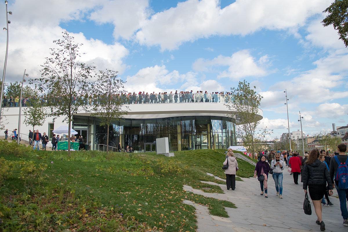 Смотровые площадки в парке Зарядье устроены и на крышах зданий, в том числе Гастрономического центра.