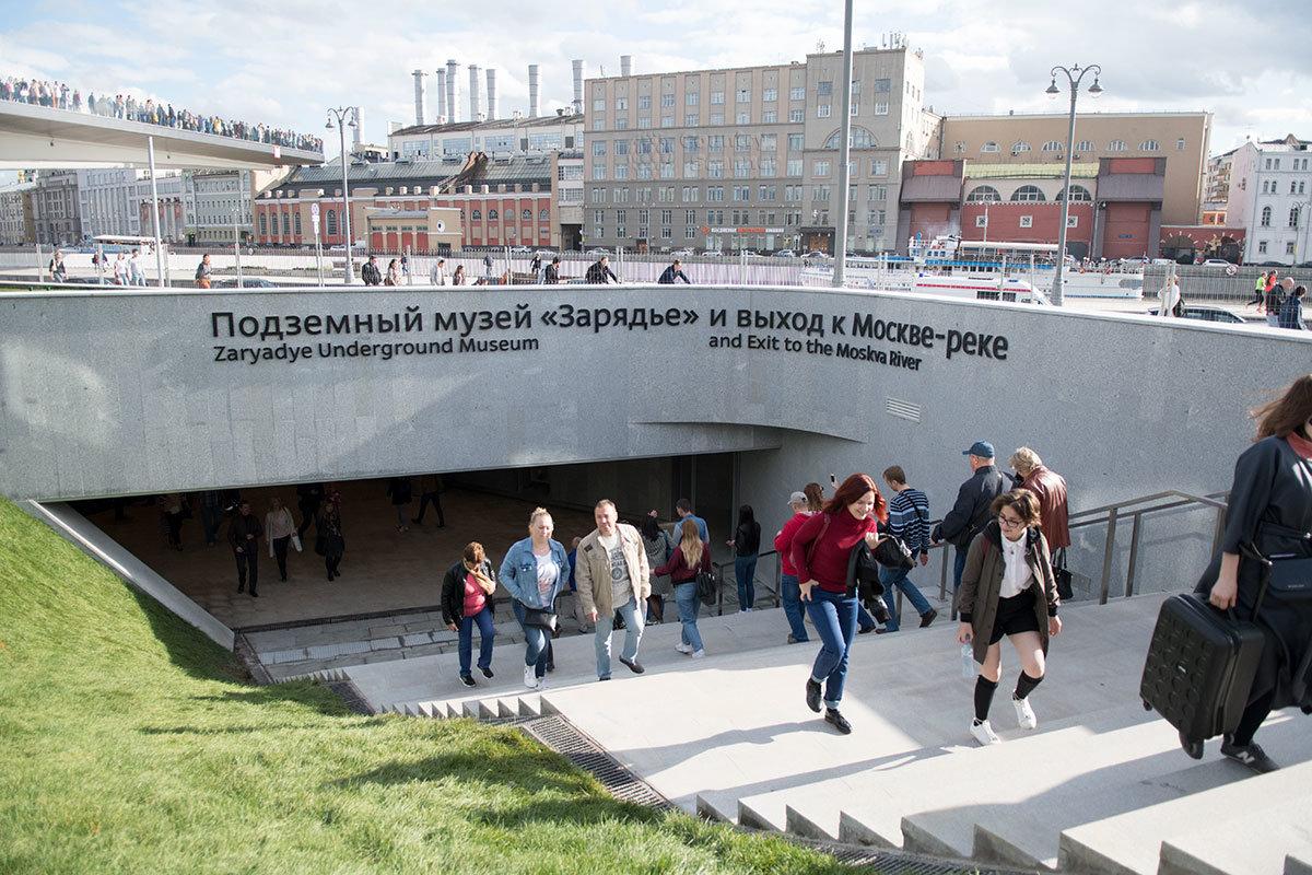 Парк Зарядье имеет подземный переход на набережную Москвы-реки, в котором расположен музей археологических находок.