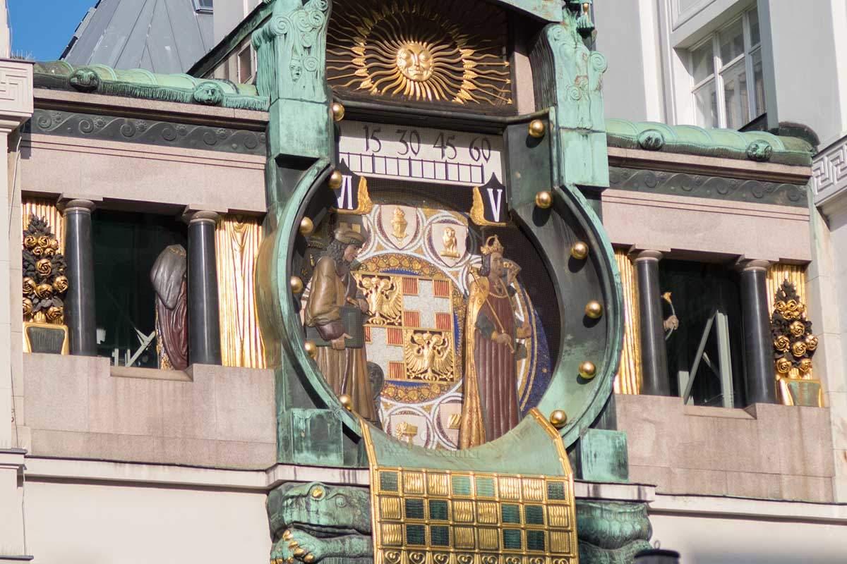Циферблат часов Ankeruhr содержит гербы самых знатных родов Австрии, стрелка в них движется горизонтально вдоль шкалы минут.