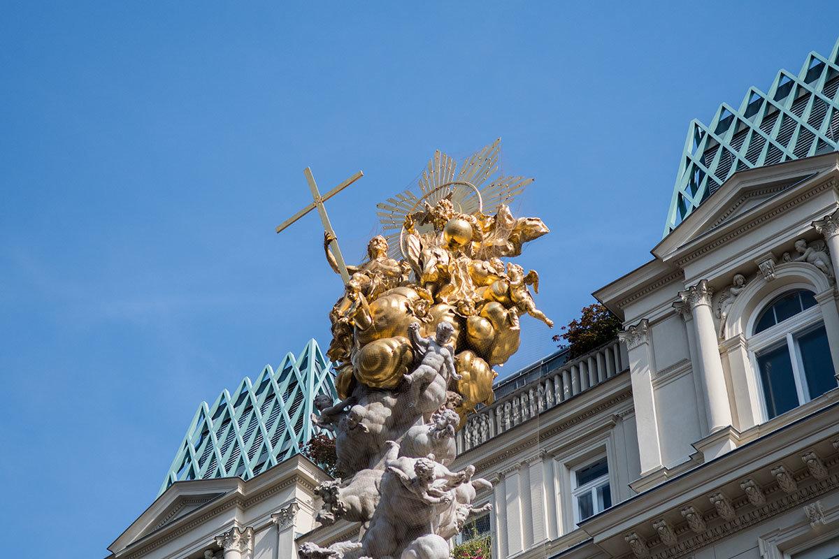 Увенчана венская чумная колонна позолоченной скульптурой, по которой легко найти дорогу к этому монументу.