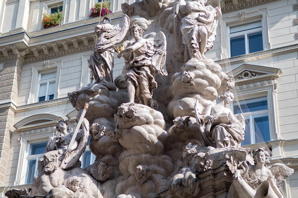 В средней части венская чумная колонна предстает вздымающимся мраморным облаком со множеством скульптур.