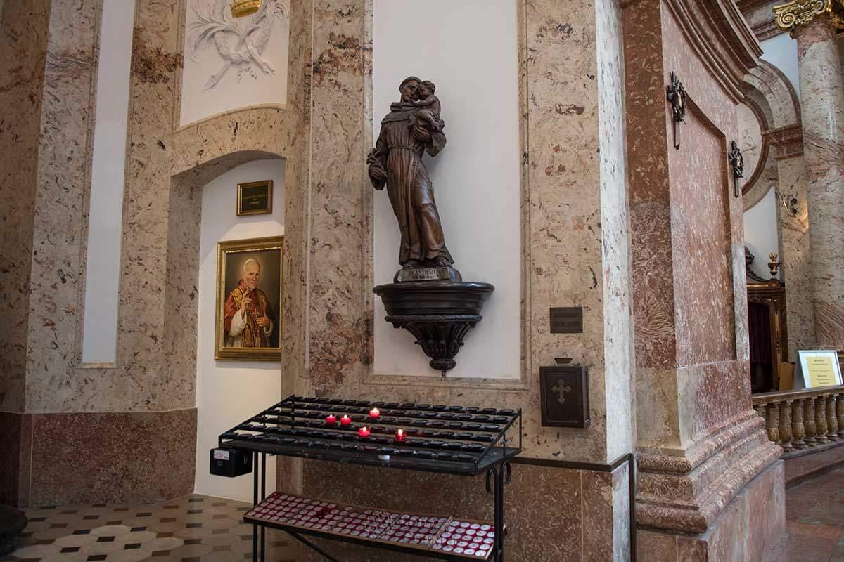 Как и в других католических храмах, в Карлскирхе много скульптурных изображений, во многом заменяющих иконы православия.